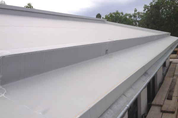 Steildach mit Abdichtung aus PVC-Folie und Verwahrungen aus PVC-Verbundblech