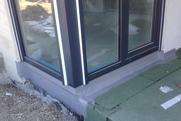 Fensteranschluss aus Flüssigkunststoff auf Terrasse